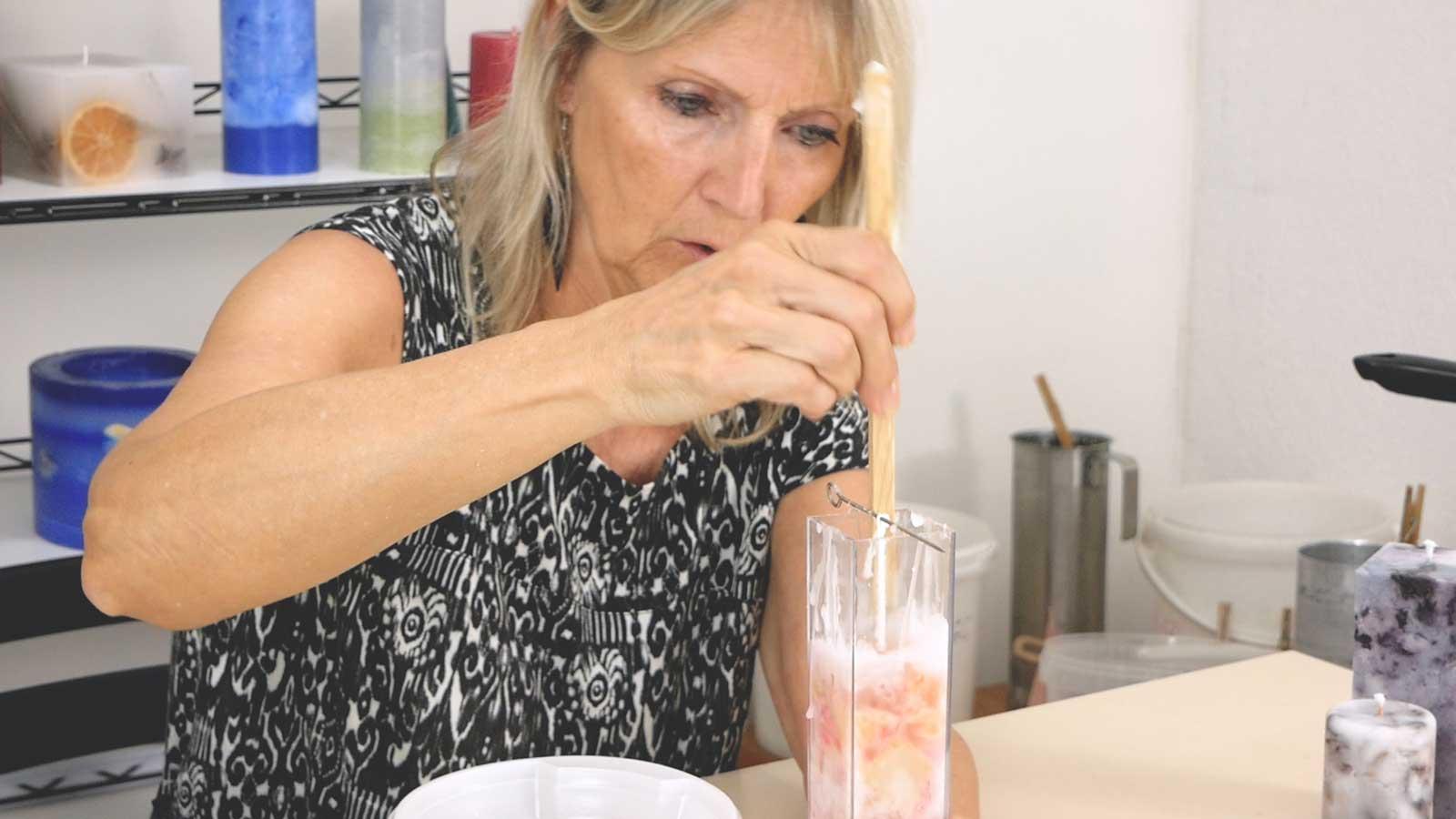Réaliser une bougie à effet granit