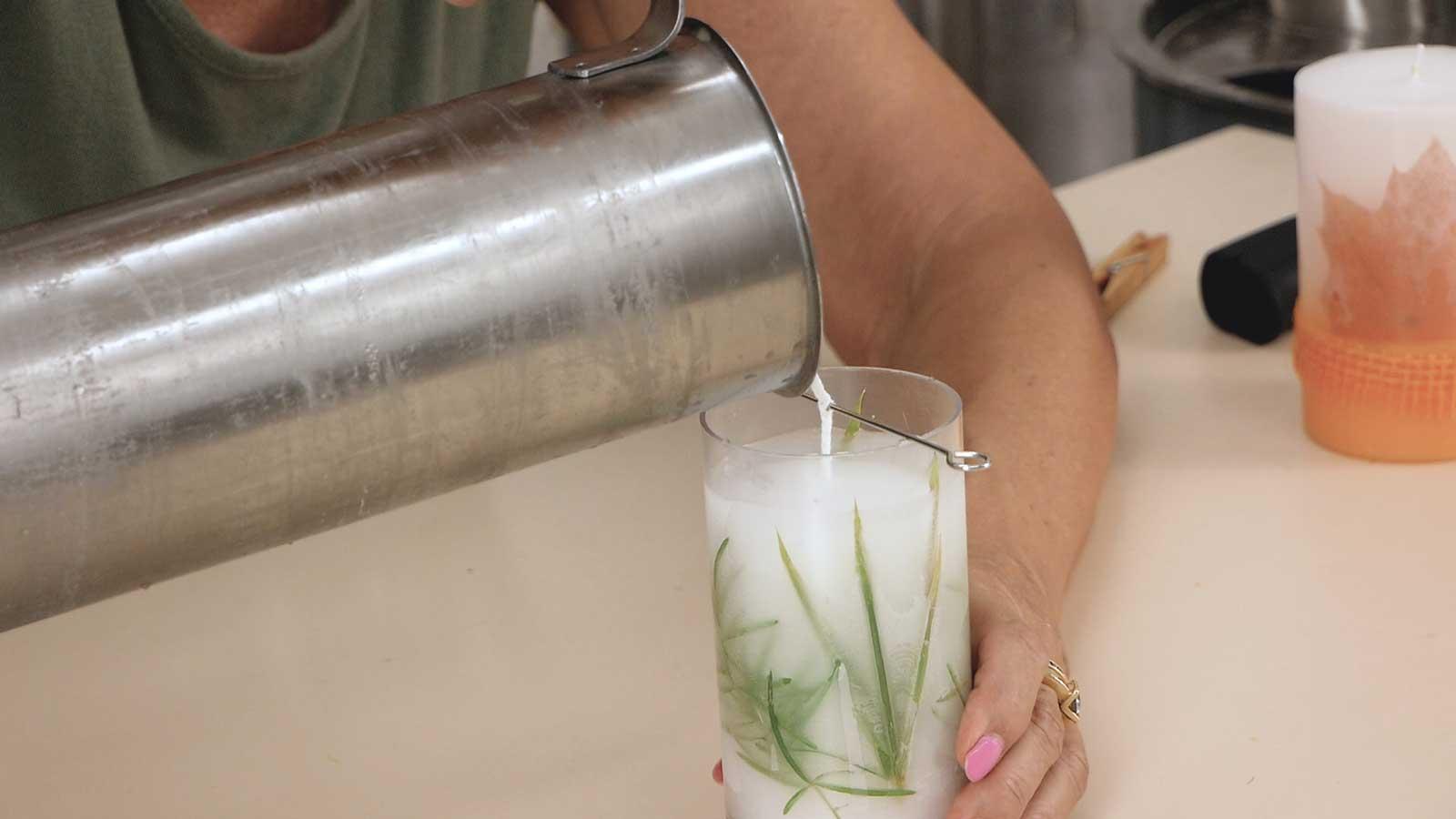 Fabriquez une bougie moulée en paraffine avec inclusion de végétaux