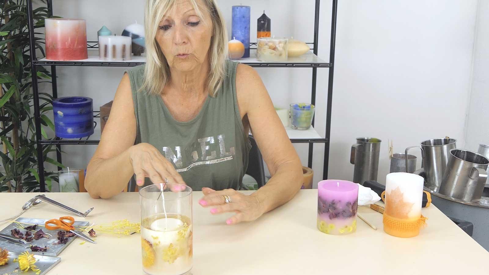 Comment faire soi même une bougie moulée en cire végétale avec inclusion de fleurs séchées