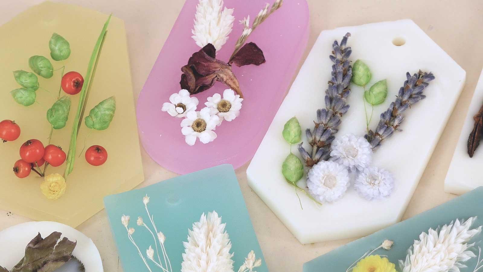 Suspensions parfumées en cire végétale et fleurs séchées