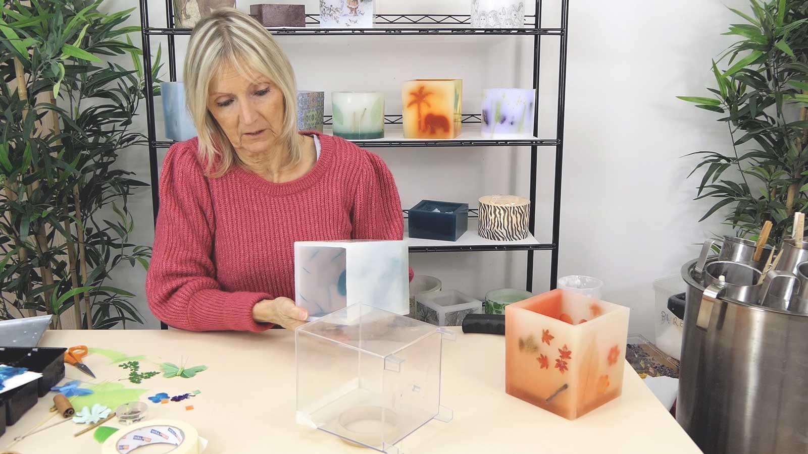 Réaliser un photophore carré avec des inclusions d'objets ou de végétaux plats