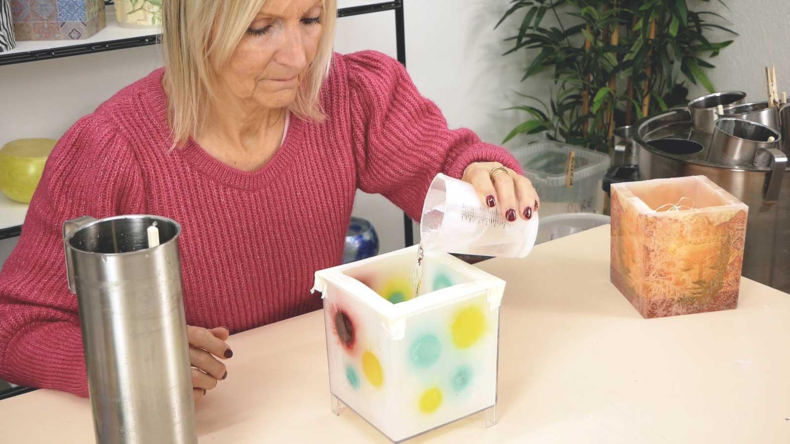 Photophore mosaique avec inclusions de formes en cire