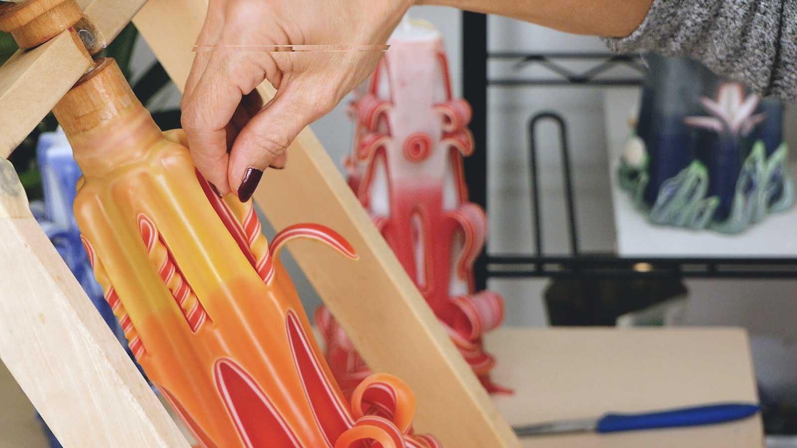 Un modèle de bougie sculptée avec des torsades larges